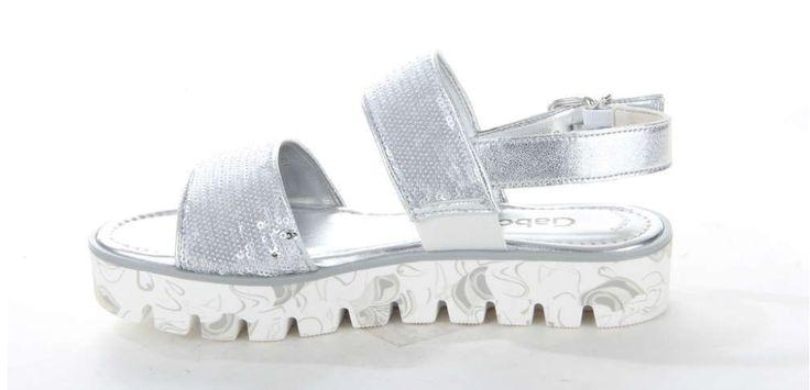 Hippe zilveren sandaal van Gabor op een plateauzool. De metallic banden zijn afgewerkt met pailletten. #silver #metallic #sandal #Gabor