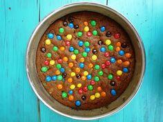 Verjaardagstaart voor kinderen: M&M cookie pie. Chocoladetaart met M&M's, eigenlijk een heel groot cookie. Van deze verjaardagstaart worden kinderen blij.