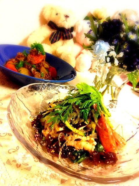 タイの春雨サラダを食べたくてナンプラーを買ってきました!  春雨、エビ、きゅうり、玉ねぎ、紫キャベツ、セロリ、春菊で野菜たっぷり  ナンプラーと辣油の組み合わせは激ウマ✨✨  あとはゴボウ入り挽肉じゃがの煮物で、二三日をかけてゆっくり頂きます - 288件のもぐもぐ - ナンプラーで春雨エビサラダ&挽肉じゃが by syuu