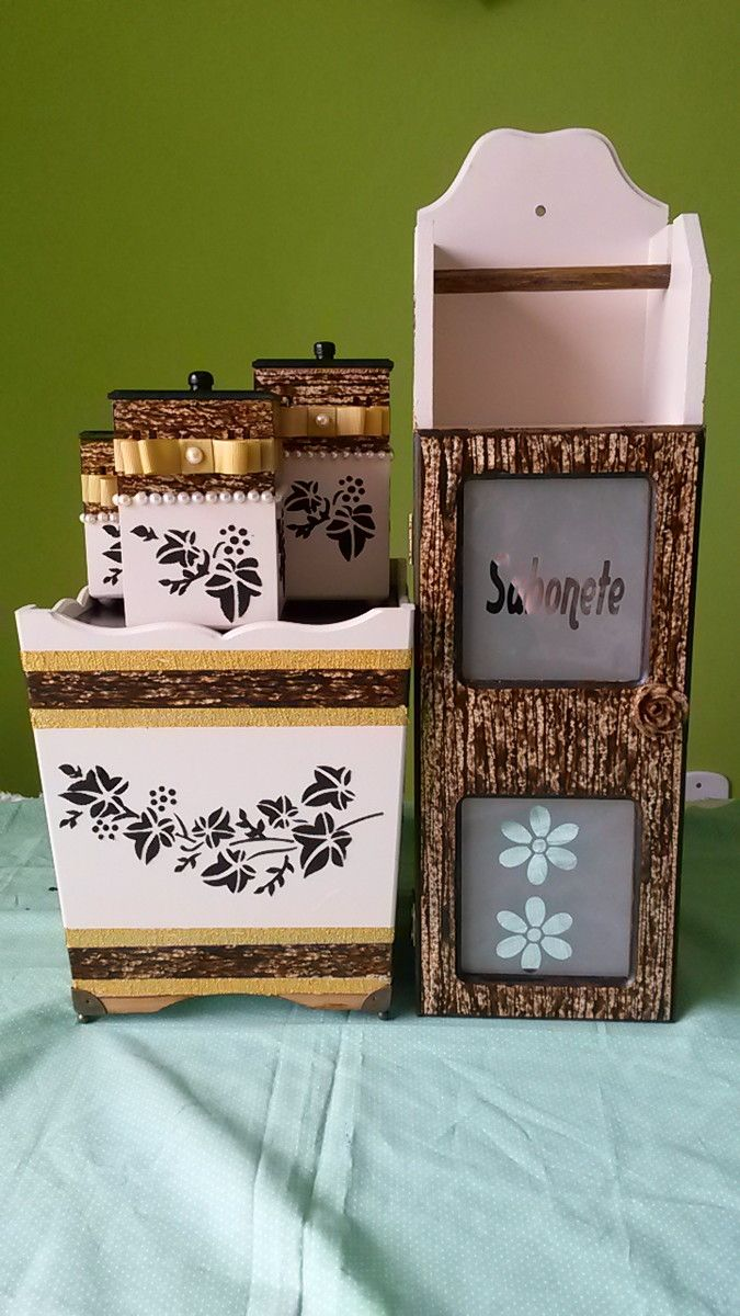 Lindo Kit para banheiro em MDF pintado e decorado com gel e textura. <br>Composto por 5 peças <br> <br>Porta papel higiênico e sabonetes <br>Lixeira com pezinhos em metal para proteger a madeira <br>trio de potes para algodão, cotonetes e trecos diversos