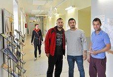 Muhos. Osama Al-Ogeili pääsi reilu kuukausi sitten suomeen ja nyt hän Muhoksen Päivärinteen pakolaiskeskuksessa. Hän kaipaa Irakiin jäänyttä vaimoaan. Kuvassa vasemmalta oikealle: Emma Mikkonen(SPR), Arkan Othman. Osama Al-Ogeili ja Tareq Faik. Kuva Vesa Ranta.