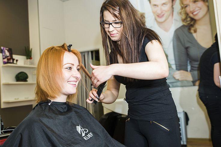 V kaderníckom salóne KLIER sa jej ujala šikovná hairsylistka Kristína Melichová, ktorá sa pohrala s farbami a na Tajanine jemné vlasy zvolila plastickejší, červenší odtieň, ktorý zvýraznil jej pekné, slovanské črty tváre.  Kvalitný make-up od Klaudie Kolenčíkovej z parfumérií Marionnaud, elegantné líčenie Yves Saint Laurent v prírodných odtieňoch zelenej,  šedej a zlatej dokonale ladilo s novou farbou vlasov