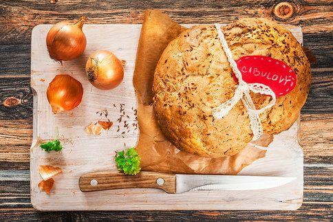 Cibulový chléb. Křupavý, nadýchaný, jen ho nakrojit!