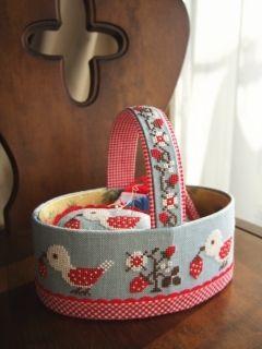 Gera'sl cross stitch sewing basket. Bom projeto para usar paninhos com barrados.