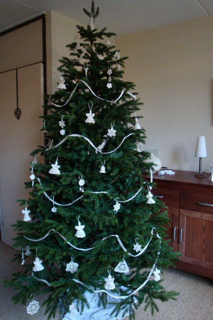Kerstboom met gehaakte ornamenten van mooimoos.nl