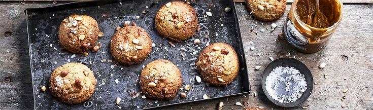 Dit recept voor pindakaaskoekjes met karamel-zeezout maak je met de pindakaas van Mister Kitchen.