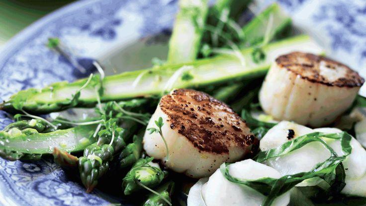 Påskemiddag: De syrlige, sprøde grøntsager giver godt modspil til de stegte kammuslinger.