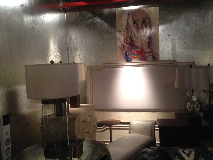 Dormitorio provenzal , respaldo tapizado con marco patinado.