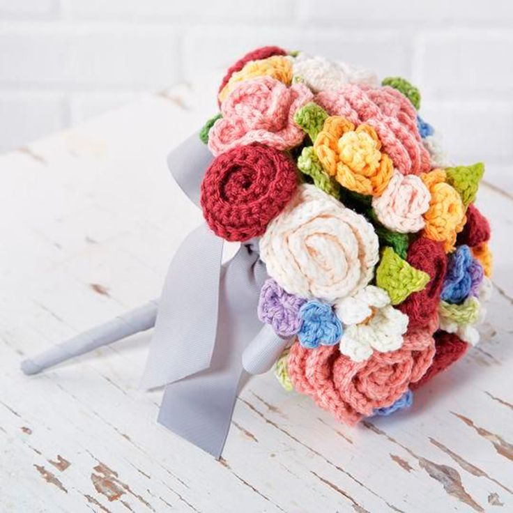 Crochet flower bouquet : free pattern -I like this color scheme too-