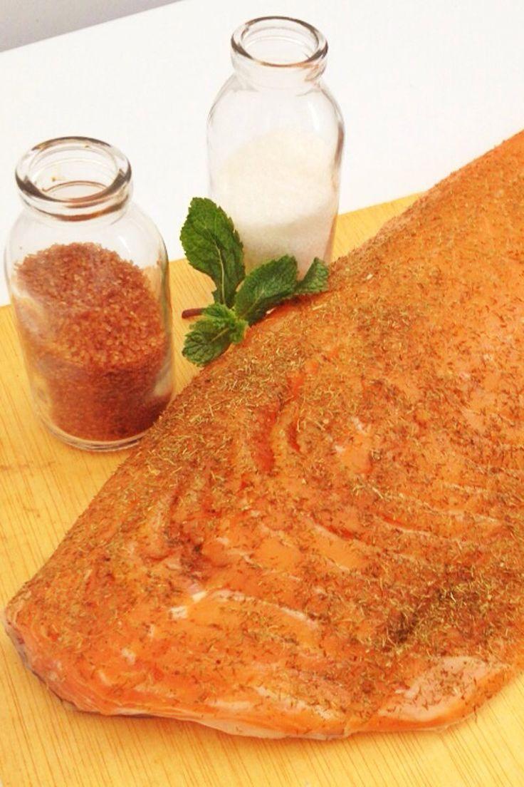 Cubrir el salmón con la ralladura de naranja, sal y azúcar moreno, procurando que tape por completo el salmón. Dejar durante 48 horas en el frigorífico. Pasado este tiempo, sacar y quitar la costra que se habrá hecho, limpiando bien los restos. Se puede conservar en aceite durante cinco días.