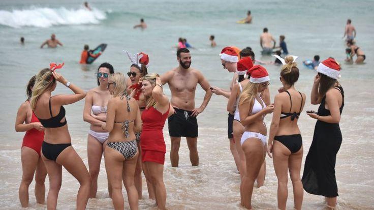 Festejos por Navidad en la popular playa de Bondi Beach, en Sidney, Australia