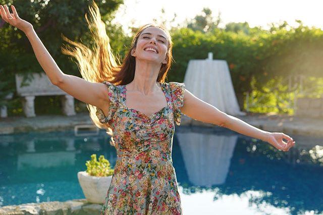Ozge Gurel Ozgecangurelofficial Photos Et Videos Instagram Dresses With Sleeves Short Sleeve Dresses Sleeveless Dress