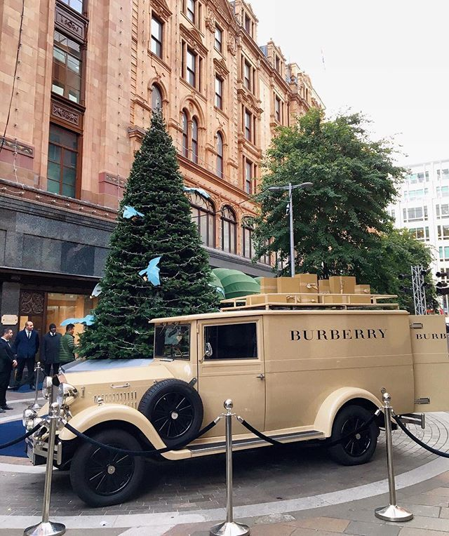 *⑅୨୧*⑅⃝* Burberry van is here at Harrods. Full of Christmas presents are inside! ✨ More pics on Insta stories x ・ ・ #harrodschristmas #harrodsxburberry #londonchristmas