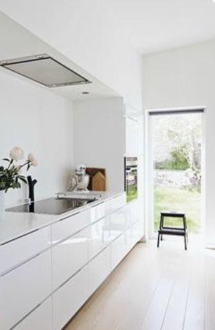 Achterwand met kookplaat en afzuigkap netjes weggewerkt