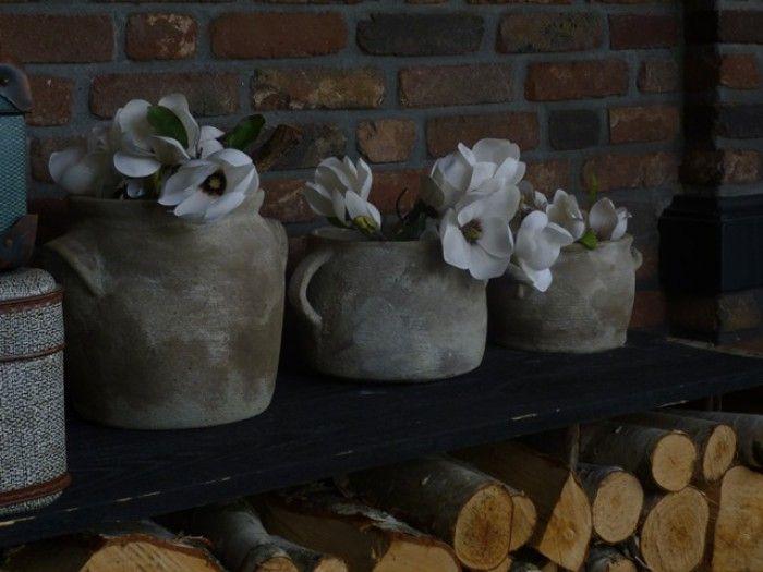 tegellijm over een paar ouwe potten, behandeld met wat saus, bloem en tuingrond, opwrijven met ouwe doek en klaar