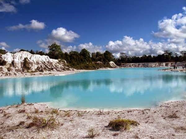Danau Biru adalah danau yang tercipta dari aktifitas penambangan kaolin yang berada di Desa Air Raya Tanjungpandan. Mengapa sekarang tempat ini menjadi destinasi wisata belitung? Karena ternyata hasil jepretan dengan menggunakan latar belakang tempat ini sangatlah unik. Tanahnya yang putih, dan danaunya yang biru tampak sangat eksotis.