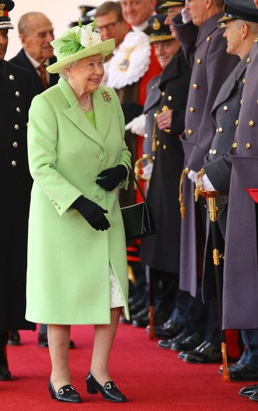 Queen Elizabeth II Photos Photos - Queen Elizabeth II takes part in a ceremonial welcome for Colombia's President Juan Manuel Santos and his wife Maria Clemencia de Santos at Horse Guards Parade on November 1, 2016 in London, England. The President is on a state visit to Britain. - The Queen And Duke Of Edinburgh Welcome President Santos Of Colombia And Mrs Santos