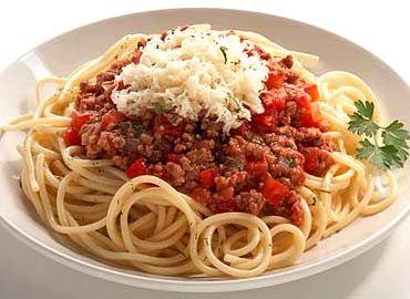La pasta con carne molida es una receta ideal para toda la familia ya que a chicos y a grandes nos encanta. Además es un platillo muy completo por que contiene de todos los grupos de alimentos.