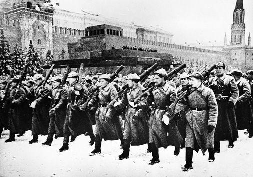 Tropas marchan por la Plaza Roja en Moscú rumbo al frente, el 7 de noviembre de 1941. © RIA Novosti Alexander Ustinov