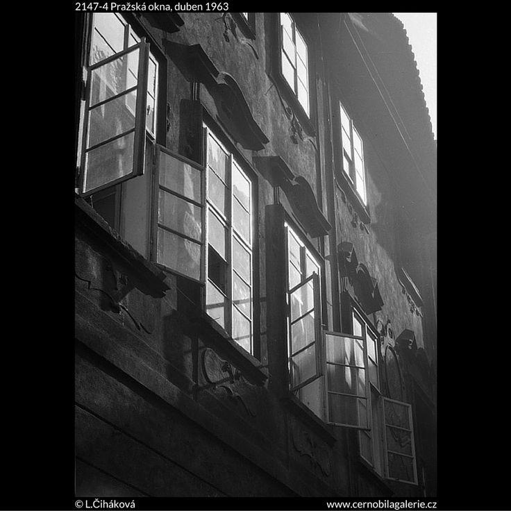 Pražská okna (2147-4) • Praha, duben 1963 • | černobílá fotografie, Celetná nebo Karlova ulice, okna, odraz slunce, fasáda, zeď |•|black and white photograph, Prague|