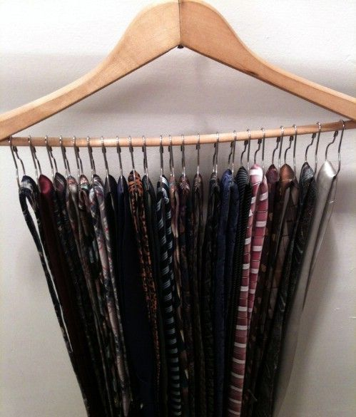 Los organizadores Corbata se pueden hacer a partir de una percha de madera y de ganchos de cortina de ducha