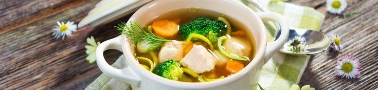 Dit recept bevat kip, groentes en quinoa, wat het een volledige maaltijd in één kom maakt. Deze soep is lekker, gezond en gemakkelijk te bereiden.