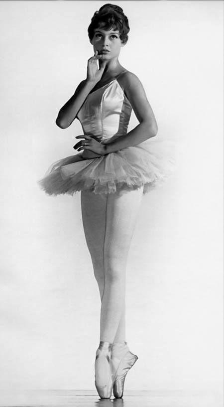 Lovely ballerina Brigitte Bardot. #Ballet_beautie #sur_les_pointes * Ballet_beautie, sur_les_pointes *