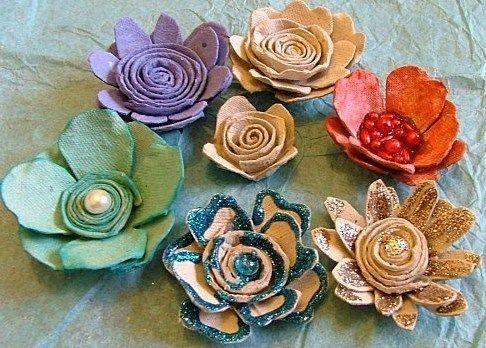Comment fabriquer de jolies fleurs à base de matériau récup. Découvrez les tutos pour faire vous même de belles fleurs avec des chutes de tissu, du papier recyclé, des bouts de tulle, des boites d'oeufs..etc Site : Eden Scrap - Tutoriel fleurs à base de boites d'oeufs