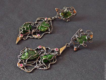 Шикарные асимметричные серьги с хромдиопсидами и рубинами в серебре,с золотыми накладкам,выполненные в авторской технике `Весеннее пробуждение`.