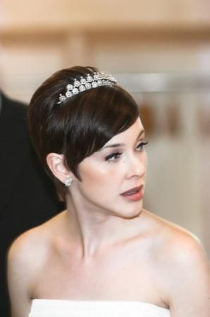 Prom idea... maybe a subdued headband and not a crown...Short Hair, Hair Design, Black Wedding, Hair Wedding, Bridal Hairstyles, Shorts Hair Style, Wedding Hair Style, Wedding Hairstyles, Shorts Hairstyles