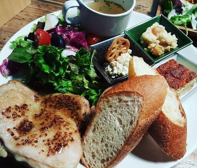 #ランチ #プレート #サラダ #肉 #パン #デリ #スープ #休日 #lunch #salad #cafe