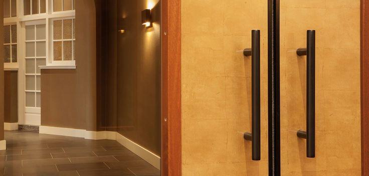 Stijlvolle matzwarte Intersteel deurgrepen voor dubbele deuren