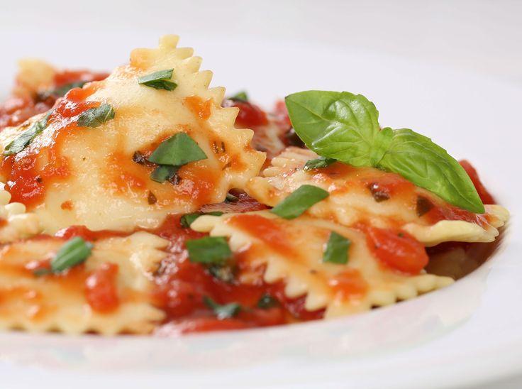 Receta del día: ravioles de quesos con salsa de tomate y albahaca. ¿Quieres prepararla? Sigue la receta de Los Petersen: http://elgour.me/1Tydcb8  #elgourmet #Recetas