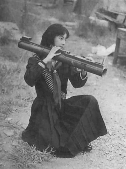 insurgente Vietcong posa con un M72 LAW