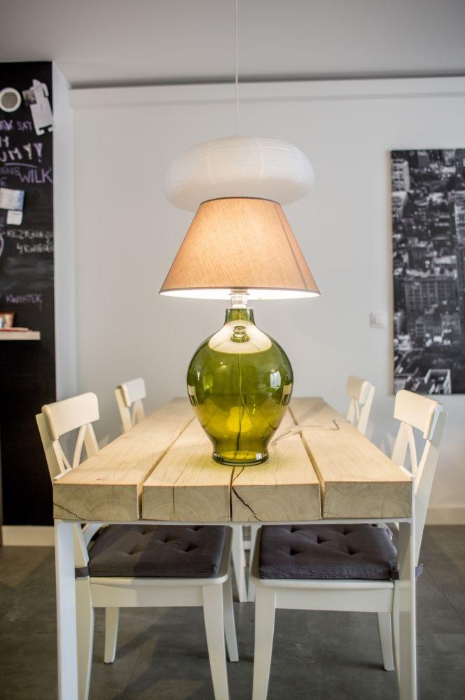 Lampa stołowa renomowanej firmy 4Concepts. Podstawa lampy wykonana ze szkła kolorowego barwionego w masie. Gniazdo żarówki wykonane ze stali nierdzewnej. Przewód pvc bezbarwny z przełącznikiem i wtyczką. Abażur wykonany z materiału podklejanego pvc zapewniający przenikanie światła.