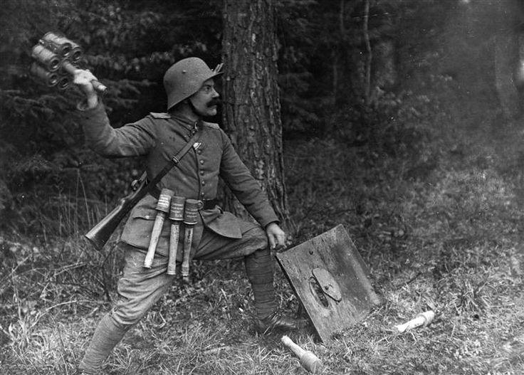 Un sous-officier allemand fait une démonstration du maniement d'une grenade à manche. Anonyme, 1916.