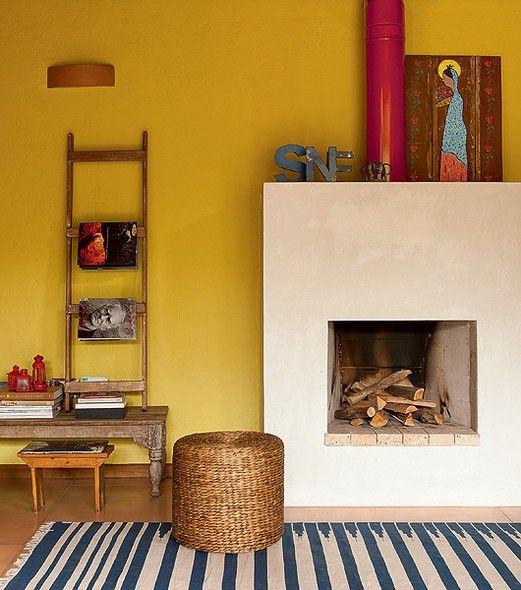 Nesta casa projetada pela arquiteta Kita Flórido há madeiras e tijolos de demolição. Um exemplo da rusticidade do imóvel é o porta-revista, feito com uma antiga escada