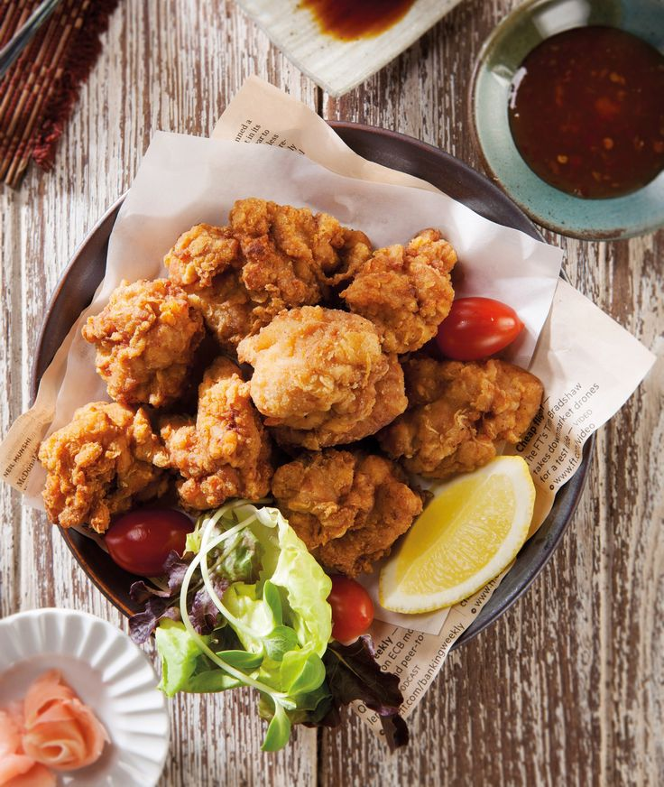 <p>De Japanse marinade geeft deze krokant gebakken kip een zachte smaakbalans. Door voor kippendijen te kiezen en de kip twee keer te bakken krijgt hij een extra krokante buitenlaag en blijft de kip lekker sappig. Extra lekker met het bijzondere dipsausje van soja, sushigember en wasabi.</p><h3>Zelf Toevoegen</h3><ul><li>4 kippendijfilets, elk in vieren gesneden</li><li>2 teentjes knoflook, geraspt</li><li>0,5 ei, losgeklopt</li><li>peper en zout</li><li>1 citroen in partjes</li><li>300 ml…