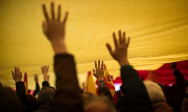 Il punto di contatto (tra persone e istituzioni).  (Mani che toccano il giallo della bandiera spagnola in occasione del 34° anniversario della Costituzione Spagnola. Madrid ieri, 6 dicembre 2012).  Photograph: Emilio Morenatti/AP