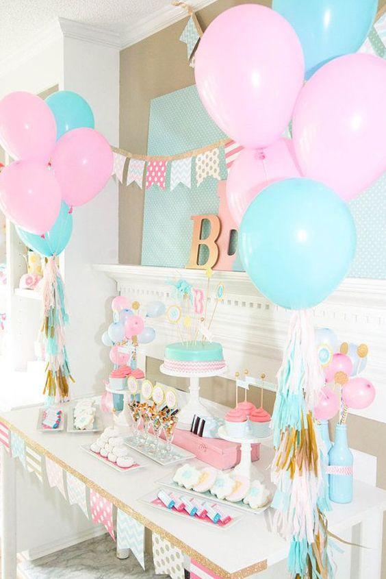 Crea una decoración con adornos, globos y tus postres, no satures tu mesa y crea un espacio atractivo en tu Baby Shower