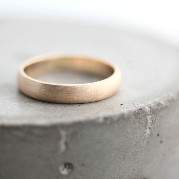 Eine nicht zu groß, nicht zu klein, genau das richtige 4 x 1,5 mm Band Hand geschmiedet aus niedrigen Kuppel 100 % Recycling-10 Karat Gelbgold Gold und