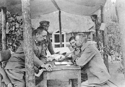 Na zdjęciu Józef Piłsudski gra w szachy z Jędrzejem Moraczewskim (1. z lewej) w Wołczecku. Obok widoczny oficer Legionów Polskich, rotmistrz Władysław Belina-Prażmowski (2. z lewej, za Piłsudskim).: