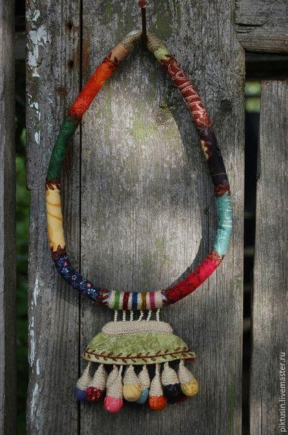 Купить или заказать Предчувствие цветения текстильное колье в интернет-магазине на Ярмарке Мастеров. Ежегодная загадочность, предвкушение цвета. Какой ковер получится в этот раз. Что расскажет и о чем умолчит цветение.Стойкость,стройность,разноцветие,разнообразие формы - цинии.