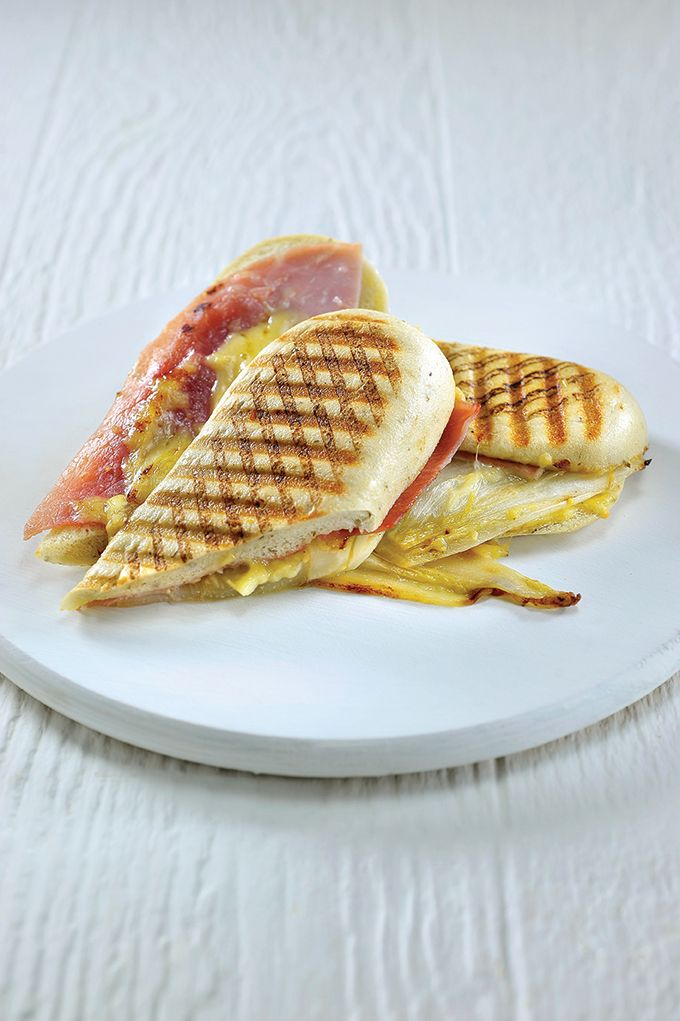 Panini met witloof en ham http://njam.tv/recepten/panini-met-witloof-en-ham