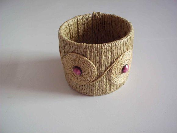 Bracelete com base em PVC, coberto com palha de arroz na cor natural e chaton lilás. Bracelete com abertura. Pronta entrega. R$ 20,00