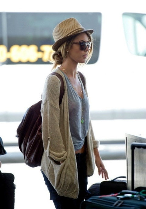 Perfect travel outfit (big cardigan, light tee, black jeans or leggings, straw hat, sunglasses, backpack)