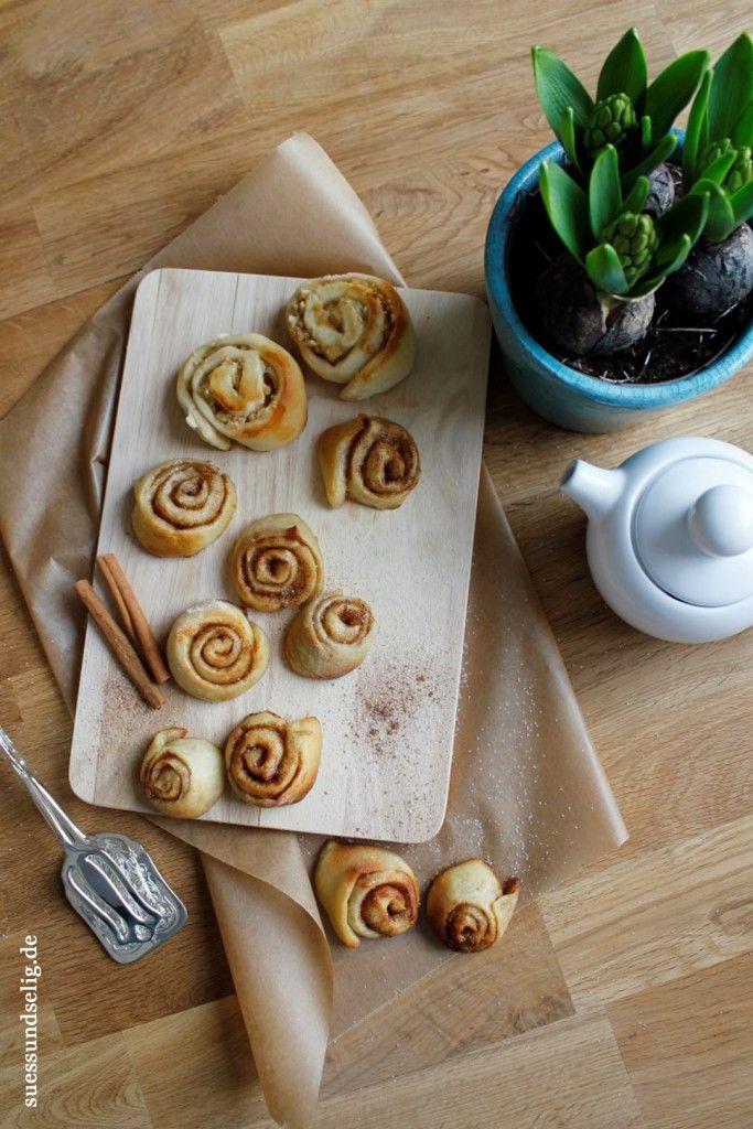 Kanelbullar – oder: schwedische Zimtschnecken wie von Ikea. Ihr gebraucht Milch, frische Hefe, Mehl, Zucker, Kardamom, Salz, Ei, Butter, Zucker und Zimt. Alles im Haus? Dann los!