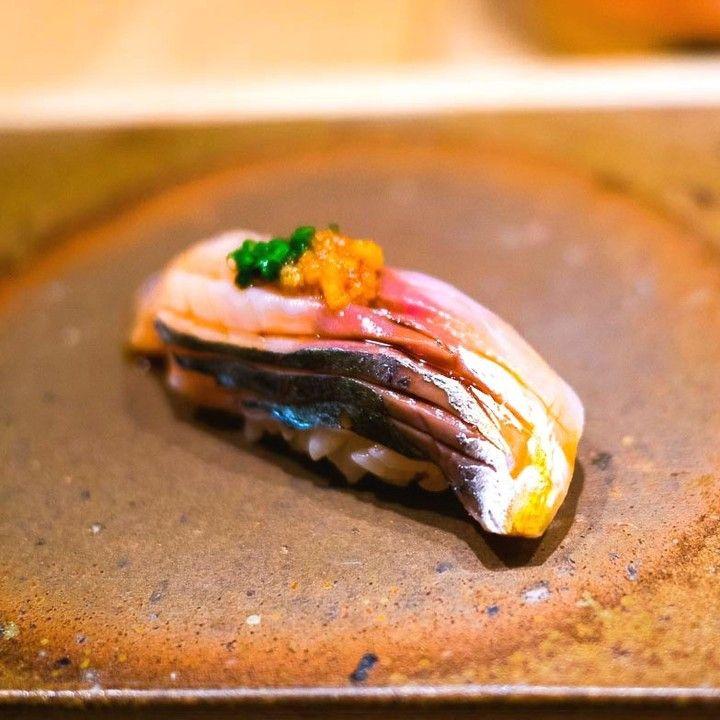 Chinchard légèrement mariné (à la japonaise) gingembre ciboule citron vert nikiri. Très très bon. 超美味鯵軽く〆て香りはライムを絞る#sushi #japanesecuisine #paris #onodera #パリ #鮨 #おのでら  #gastronomy