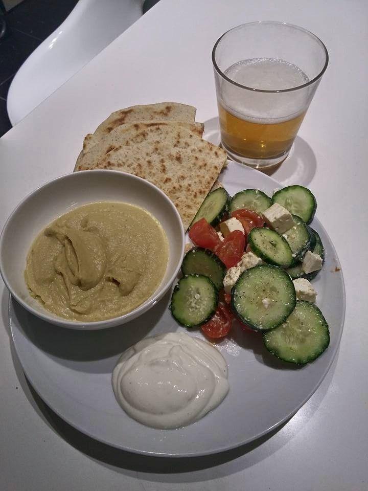 Cena vegana, hummus, piadina integrale e insalata greca con salsa allo yogurt