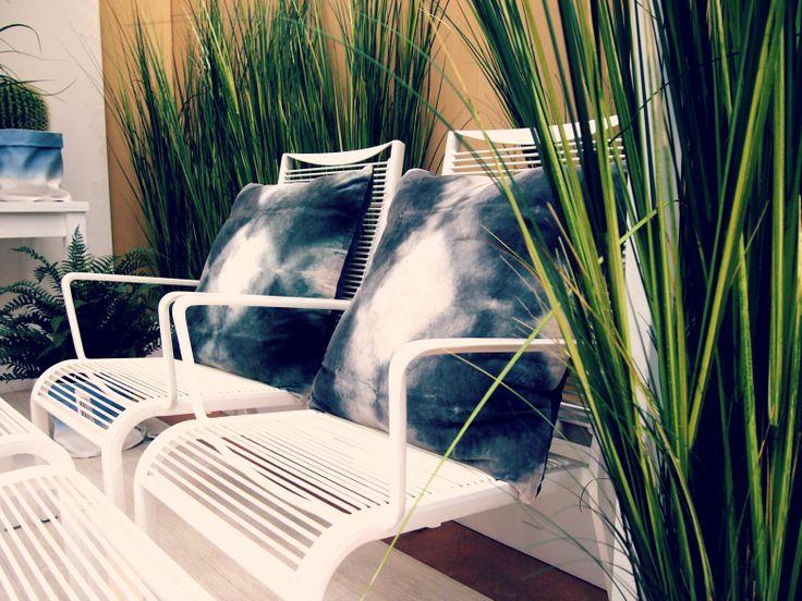 Witte designer tuinstoelen stoelen buitenleven tuin blauwe groene accenten white - Outdoor tuin decoratie ideeen ...